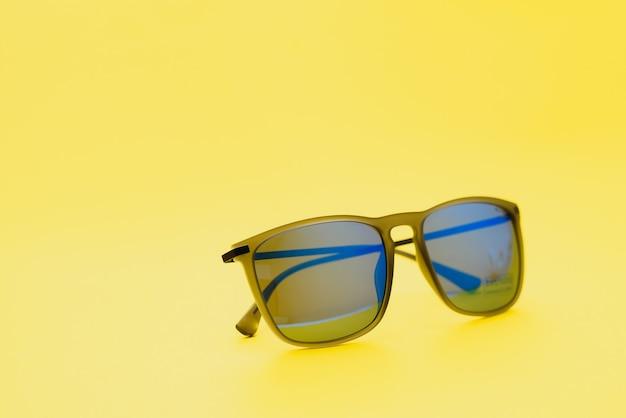 Sonnenbrille auf weißem hintergrund