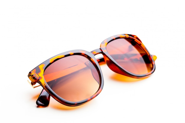 Sonnenbrille im leopardrahmen lokalisiert auf weiß