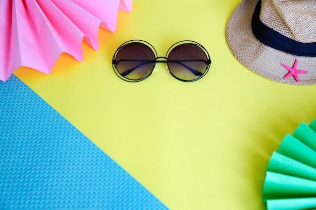 Sonnenbrille und hut mit buntem hintergrund