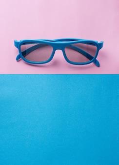 Sonnenbrillen auf blauem und rosafarbenem hintergrund