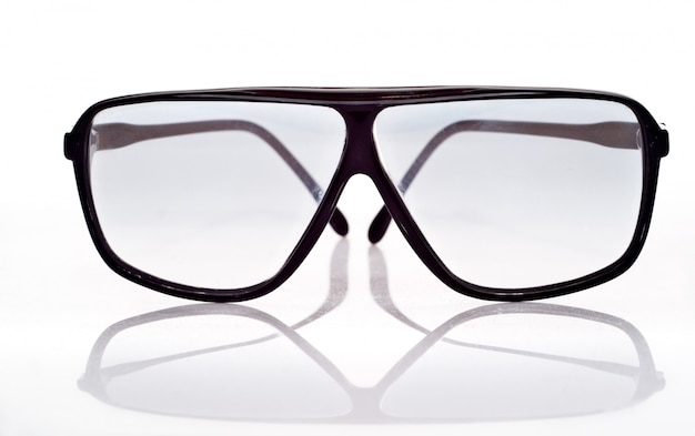 Sonnenbrillen getrennt über weiß