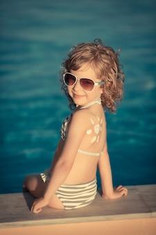 Sonnencreme-lotion-sonnenzeichnung auf dem rücken der kinder sommerferienkonzept