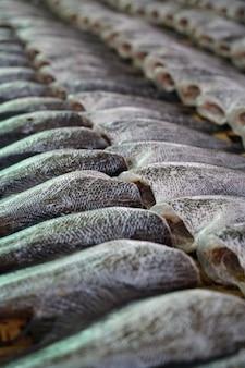 Sonnengetrocknete fische zu verkaufen