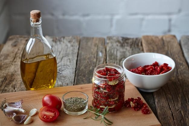 Sonnengetrocknete tomaten mit provenzalischen kräutern