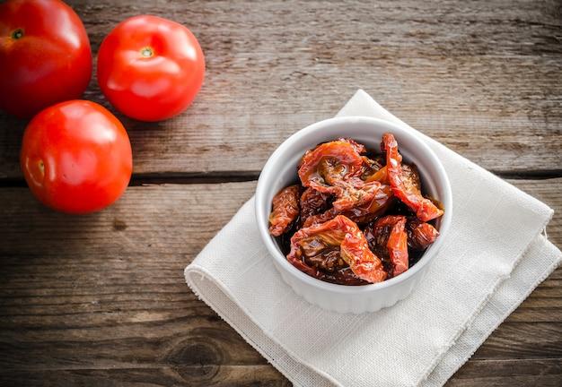 Sonnengetrocknete und frische tomaten