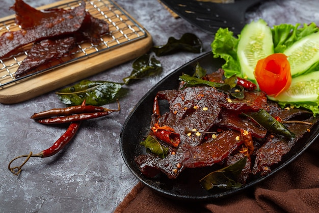 Sonnengetrocknetes rindfleisch mit tomatensauce und gedämpftem reis gebraten