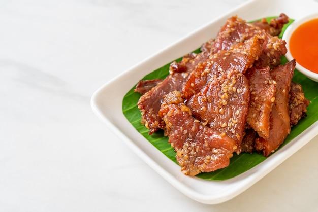 Sonnengetrocknetes schweinefleisch mit sauce auf teller