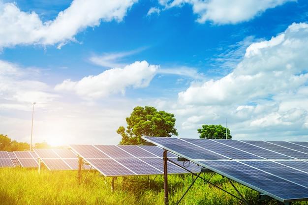Sonnenkollektor auf hintergrund des blauen himmels, konzept der alternativen energie, saubere energie, grüne energie.