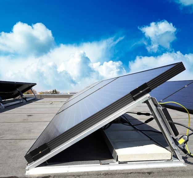 Sonnenkollektor gegen blauen himmel