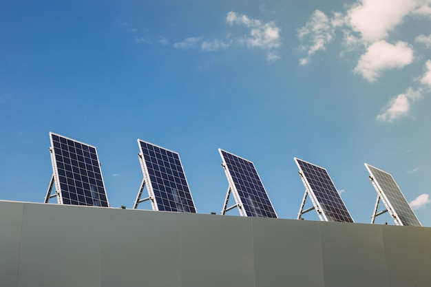Sonnenkollektoren auf dem dach des hauses. erneuerbare alternative energie