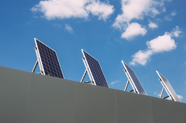 Sonnenkollektoren auf dem dach des hauses. ökostrom, erneuerbare alternative energie
