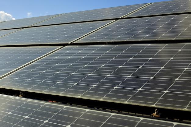 Sonnenkollektoren auf dem dach eines hauses