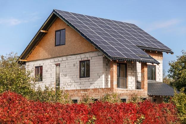 Sonnenkollektoren auf dem dach eines privathauses