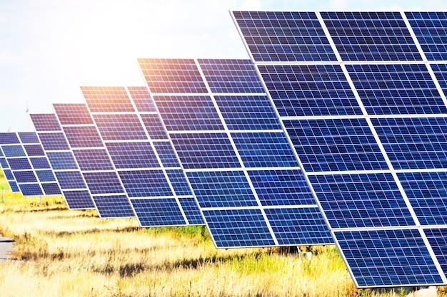 Sonnenkollektoren auf dem himmelshintergrund
