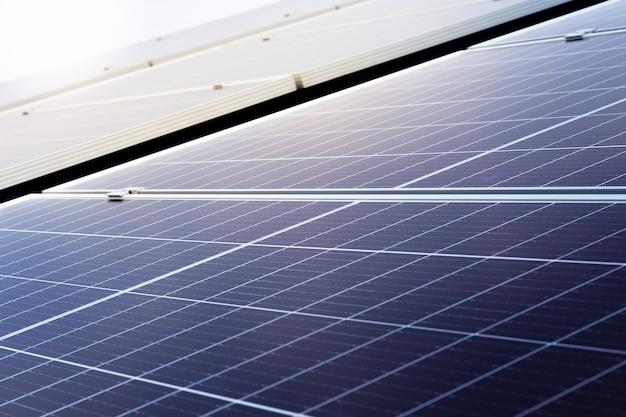 Sonnenkollektoren auf hausdach gegen blauen himmel. solarenergie macht. sonnenstrom-technologie.