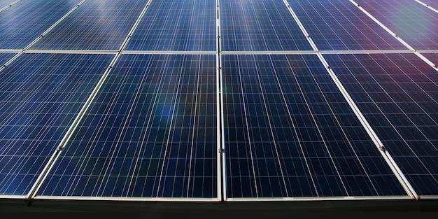 Sonnenkollektoren blicken in den himmel, um die 3d-darstellung des sonnenlichts zu empfangen