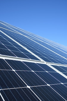 Sonnenkollektoren gegen blaue himmelsoberfläche