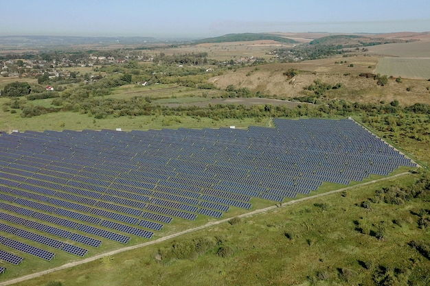 Sonnenkollektoren im luftbild. posolar-module im luftbild. stromfarm, der saubere energie produziert. wer bauernhof, der saubere energie produziert