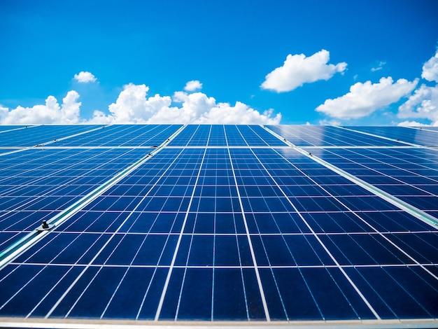 Sonnenkollektoren mit blauem himmel und wolken, solarenergie umweltfreundliche grüne energie