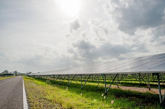 Sonnenkollektoren, sonnenkollektoren, alternative stromversorgung - ausgewählter fokus, textfreiraum natürliche energie