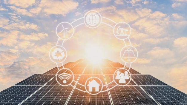 Sonnenkollektoren und sonnenlicht bei sonnenuntergang. konzept der nachhaltigen ressourcen.