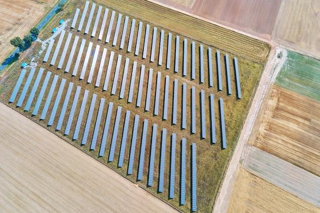 Sonnenkollektorenfarm auf dem feld