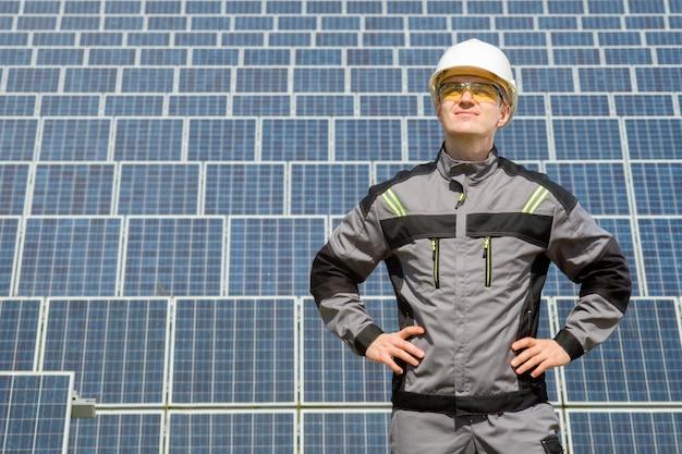 Sonnenkollektoringenieur in der weißen tonne