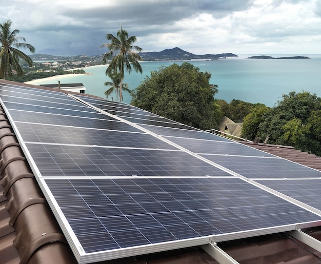 Sonnenkollektorinstallation auf dem dach mit schöner aussicht