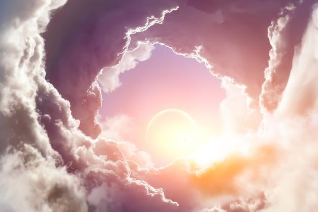 Sonnenlicht durchdringt die wolken am himmel