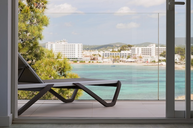 Sonnenliege auf der terrasse eines hotels mit wunderschönem blick auf das meer