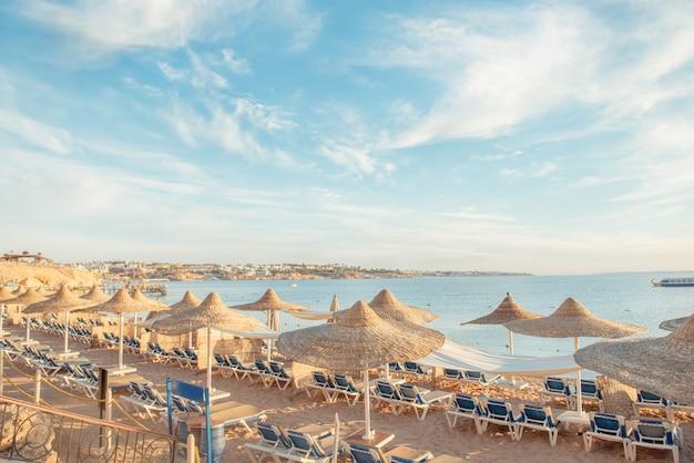 Sonnenliegen und sonnenschirme eines luxushotels am meeresstrand