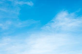 Sonnenschein Wolken Himmel am Morgen Hintergrund. Blauer, weißer Pastellhimmel, weiches Fokusobjektiv Flare Sonnenlicht. Zusammenfassung verschwommenes Cyan-Gefälle der friedlichen Natur. Offener Blick aus Fenster schöne Sommer Frühling