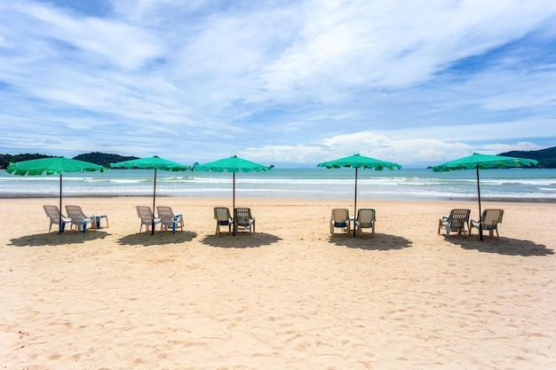 Sonnenschirm aus palmblättern an einem perfekten weißen strand