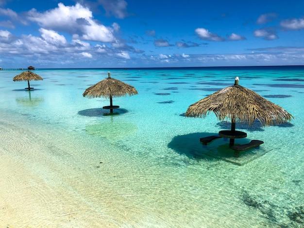 Sonnenschirm in der fakarawa-lagune