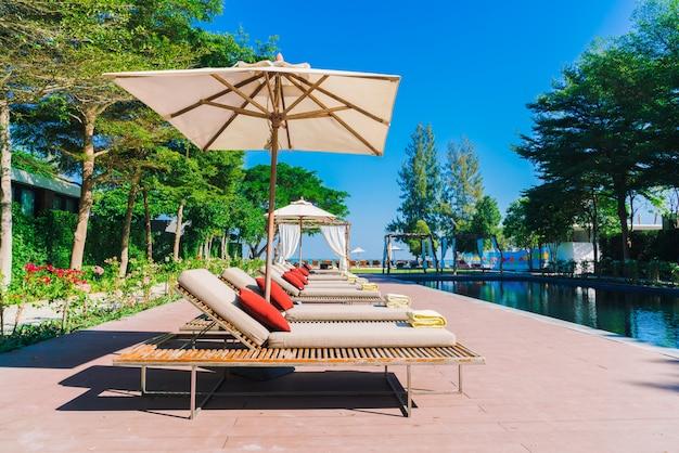 Sonnenschirm pool und stuhl