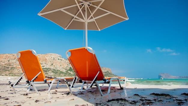 Sonnenschirm und liegen in der lagune von balos