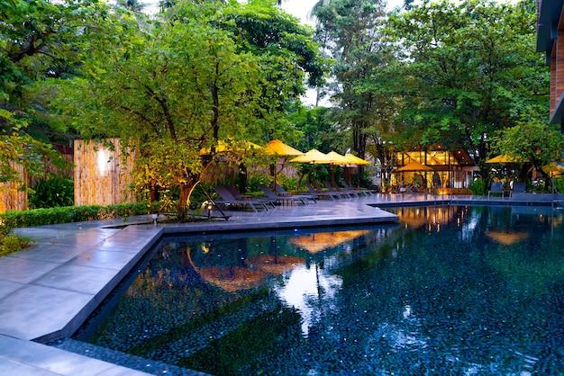 Sonnenschirm und poolbettdekoration um den pool im hotelresort