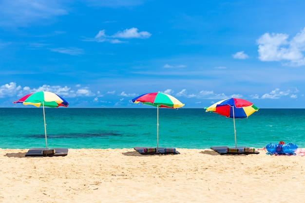 Sonnenschirm und ring am strand mit blauem himmel, phuket thailand