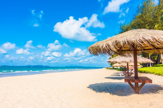 Sonnenschirm und stuhl am strand