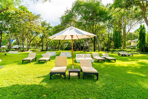Sonnenschirm und stuhl im garten zum sonnenbaden oder entspannen