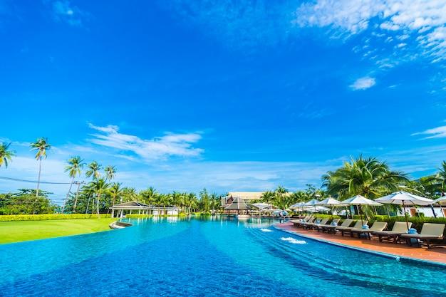 Sonnenschirm und stuhl rund um den pool