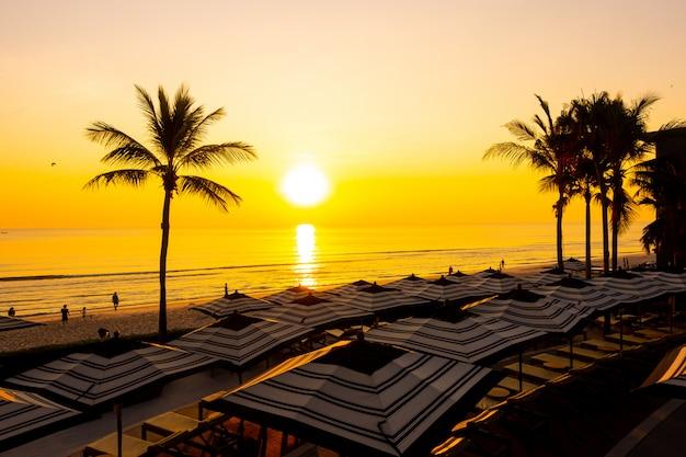 Sonnenschirm und stuhlsofa um außenpool im hotelresort für urlaubsreisen