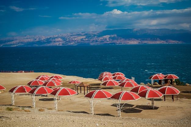 Sonnenschirme am sandstrand des toten meeres, israel,