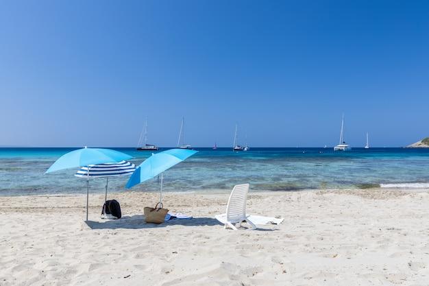 Sonnenschirme auf weißem sand am schönen strand