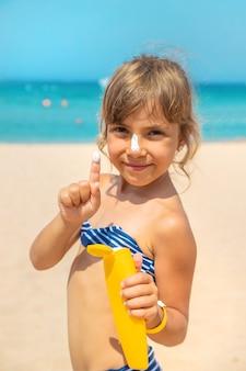 Sonnenschutz auf der haut eines kindes. selektiver fokus. natur.