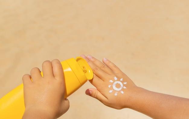 Sonnenschutz auf der haut eines kindes