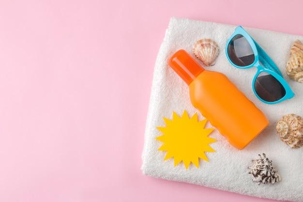 Sonnenschutz und papiersonnen- und sommerzubehör. sommer. ferien. sonnenschutz. ansicht von oben.