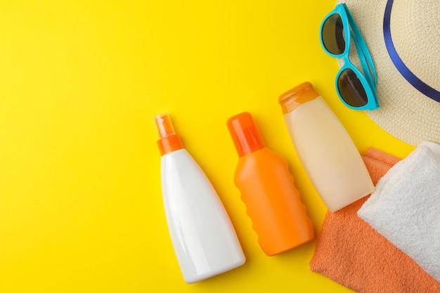 Sonnenschutz. verschiedene sonnenschutzmittel und sommerzubehör. sommer. ferien. ansicht von oben
