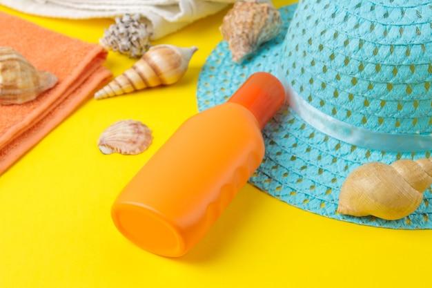Sonnenschutz. verschiedene sonnenschutzmittel und sommerzubehör. sommer. ferien.