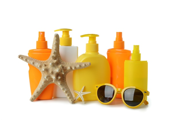 Sonnenschutzmittel und sommeraccessoires isoliert auf weiß